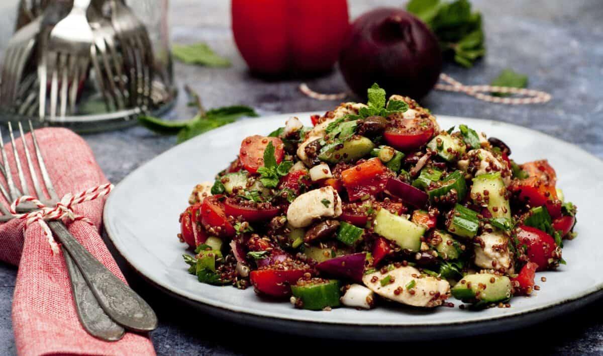 Quinoasalade met kip tomaat & olijf
