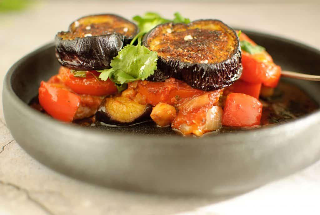 Ovenschotel aubergine kikkererwt & tomaat