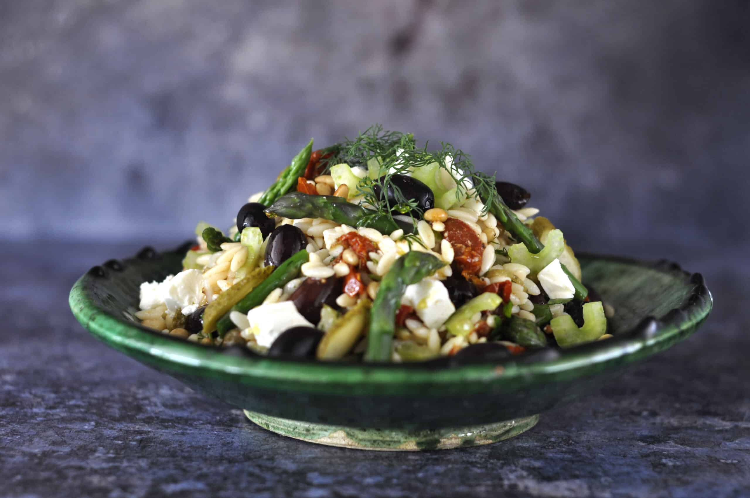 Salade orzo, zongedroogde tomaat & olijven