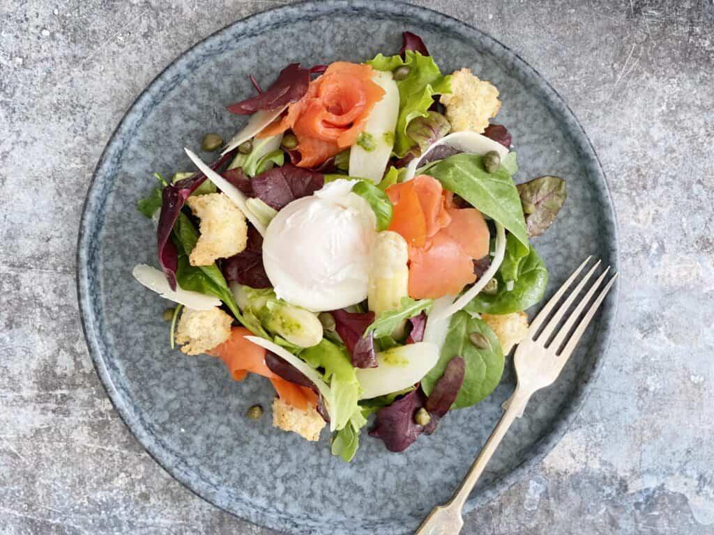 Salade witte asperges & gepocheerd ei