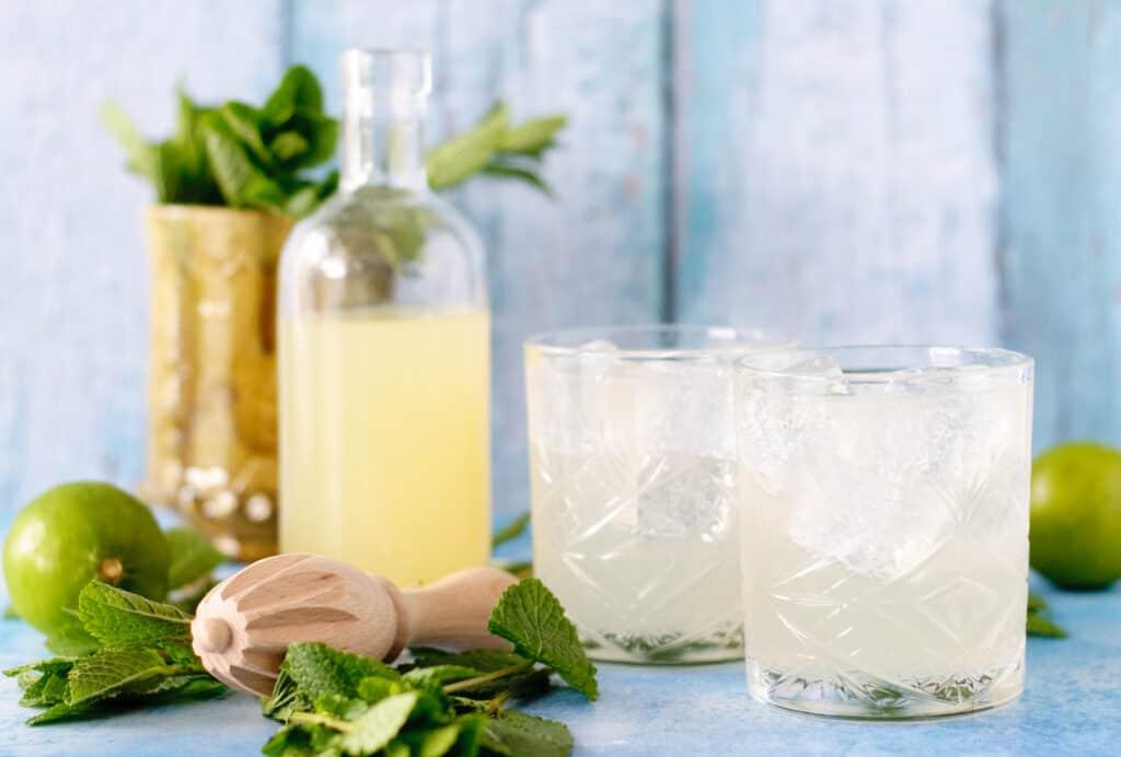 Limonade met limoen munt siroop